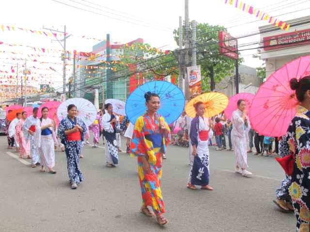 Students from Philippine Nikkei Jinkai wearing Japanese costumes.